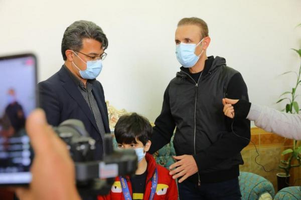حرکت قشنگ سرمربی سرخ ها؛ گل محمدی مدالش را به فرزند طرفدار فقید پرسپولیس هدیه داد